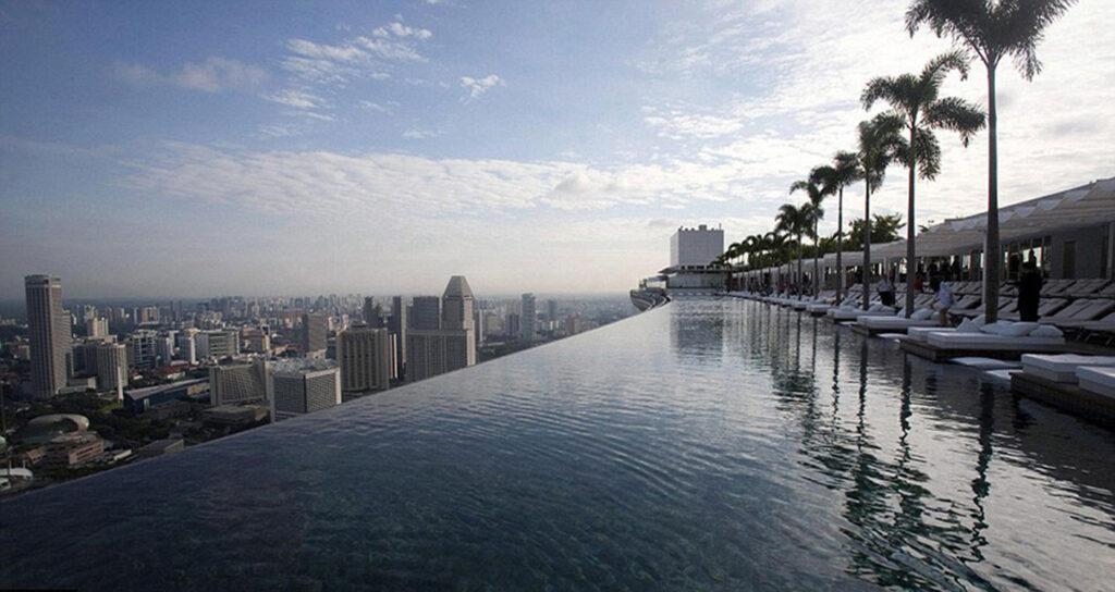 Que pais alberga la piscina más alta del mundo ?